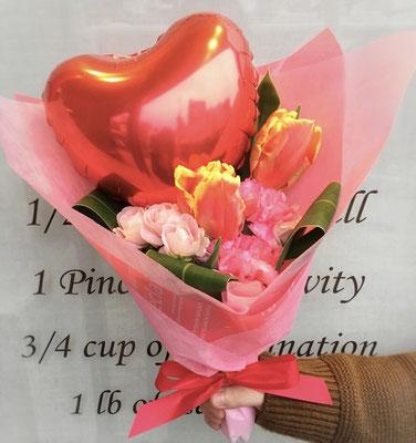 バルーンと生花のブーケ 2500円(税込)