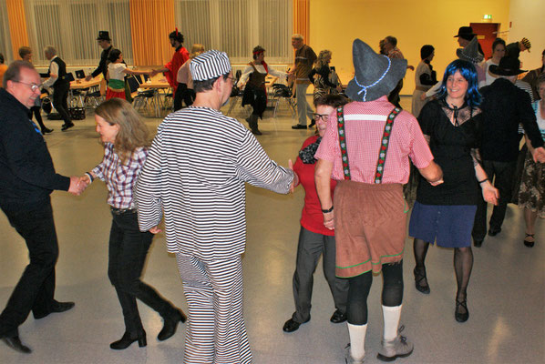 Närrisches Tanzen am Faschingssonntag - die Kette (Foto: Wolfgang Stein)
