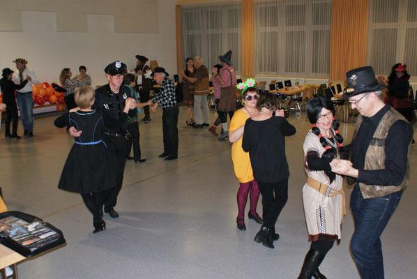 Närrisches Tanzen am Faschingssonntag - Tennessee Waltz (Foto: Wolfgang Stein)