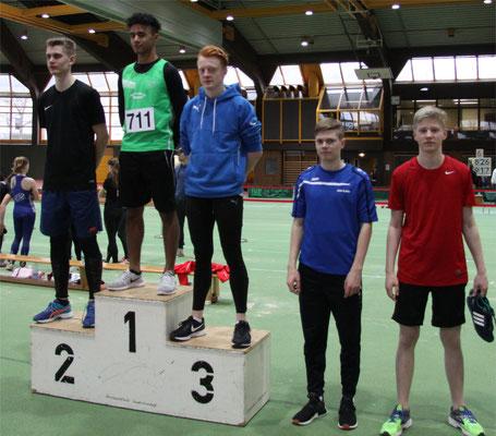 Siegerehrung 60m U18: erster Samuel, fünfter Moritz (Foto: K.J. Moch)