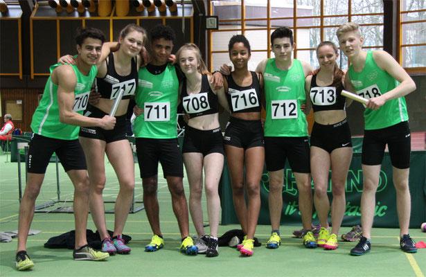 Die Sieger-Staffeln nach dem Lauf: ( v.l.) Tom, Lucy, Samuel, Maxine, Maira, Max, Dana und Moritz (Foto: K.J. Moch)
