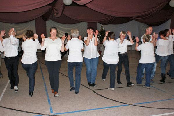 Linedancer erlebten ihren ersten Weihnachtsball bei der TSG (Foto: Wolfgang Stein)