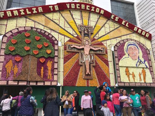 Großes Bild aus Blumen und Früchten an der Kathedrale