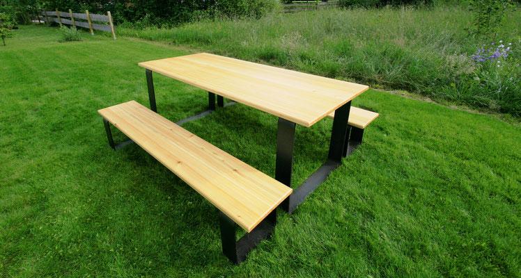 Tisch in 230x100cm für bis zu 8 Personen