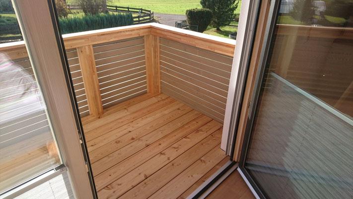 Schreinerei Hopfmann Holz Schmankerl Bichl Bodenbelag des Balkons in sibirischer Lärche