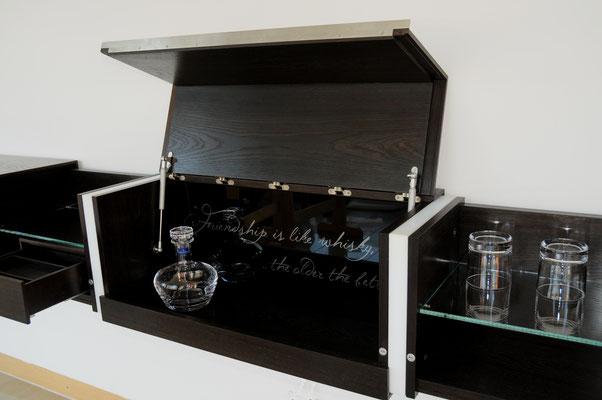 Schreinerei Hopfmann Holz Schmankerl Bichl Whiskeymöbel Hausbar Auch Gläser finden auf beleuchteten Fachböden ihren Platz