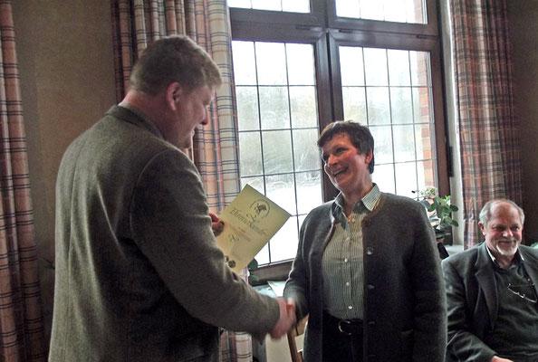 Der Vorsitzende beim überreichen der Urkunde für 25 Jahre Mitgliedschaft an Pia Schaak