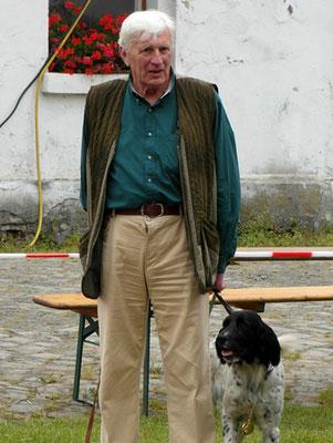 Unser Ehrenvorsitzende Karl Wichmann mit der Siegerhündin aus seinem Zwinger St. Vit