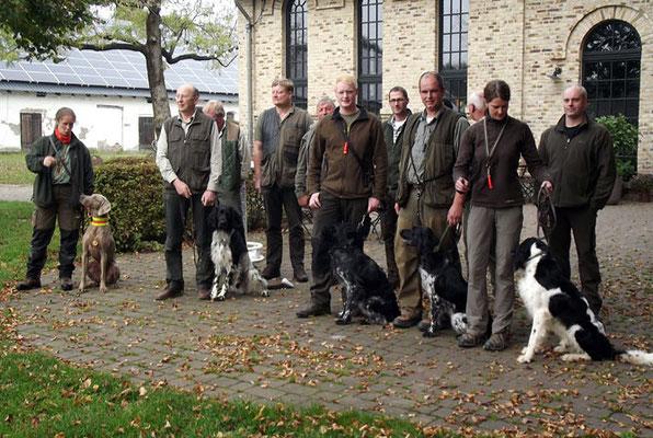 Gruppenbild mit Hundeführen und Richtern