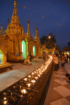 Rangoon, an der Shwedagon-Pagode