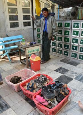 Schuh-Wärter vor einer der zahllosen Tempel- und Pagoden-Anlagen