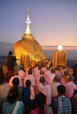 Abendliches Gebet am Goldenen Felsen