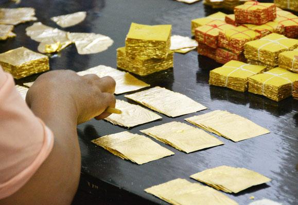 Sortieren und Verpacken des Blattgoldes zur Verwendung im Tempel