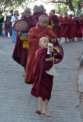 Mönche bei ihrem morgendlichen Spenden-Sammeln