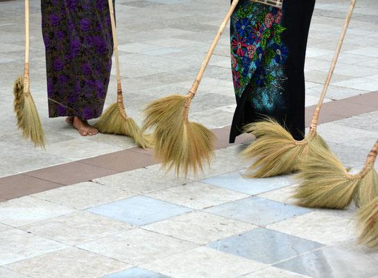 Beim rituellen Fegen der Shwedagon-Pagode in Rangoon