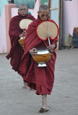 Mönche mit ihrer Sammel-Schale