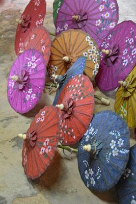 Handbemalte traditionelle Sonnenschirme