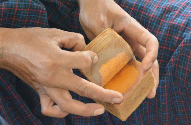 Bei den Blattgoldschlägern in Mandalay