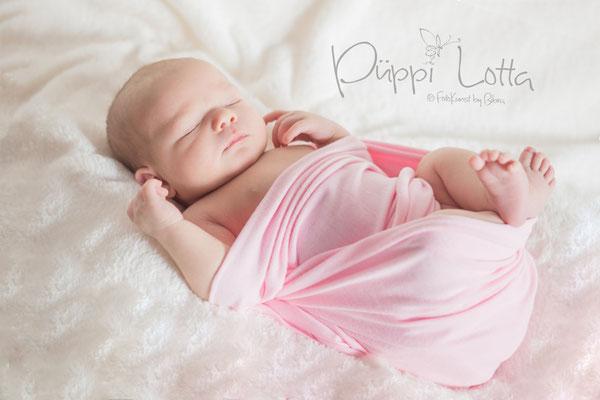 Neugeborenes Mädchen gewrappt