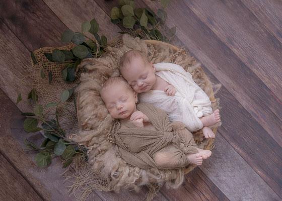 Neugeborenenshooting Zwillinge