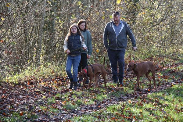 Paula, Lilli und Jörg mit Isali und Danuwa