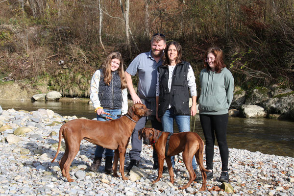 Paula, Jörg, Katya und Lilli mit Danuwa und Isali