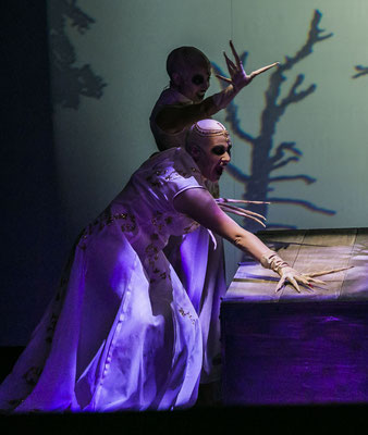 Dracula - 2. Vampir Girl (vorne) - Landestheater Detmold - Foto: Jochen Quast