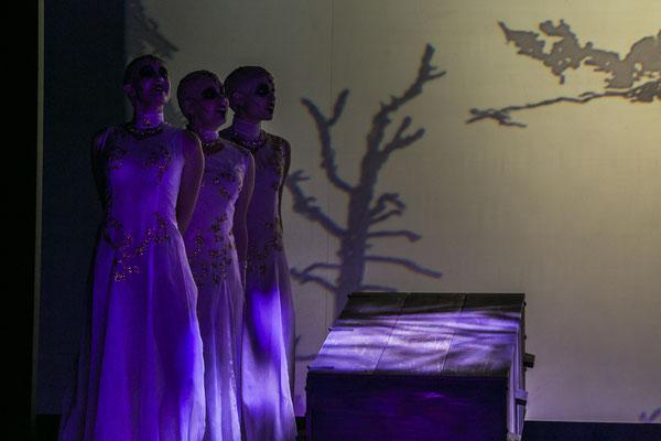 Dracula - 2. Vampir Girl (mittig in Reihe) - Landestheater Detmold - Foto: Jochen Quast