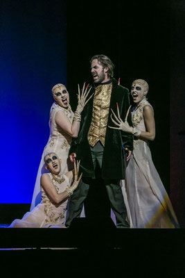 Dracula - 2. Vampir Girl (links stehend) - Landestheater Detmold - Foto: Jochen Quast