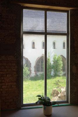 Das ökumenische Fenster zu Ehren von Volker Kauder mit Blick auf den gothischen Klosterteil der katholische Nachbargemeinde St. Johanes Baptist.