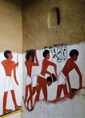 Ägyptische Arbeiter schöpfen Lehm. Ein Aufseher beaufsichtigt sie. Malerei: Daniela Rutica. Foto: Jennifer Peppler