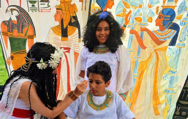 Künstlerin und Ägyptologin Daniela Rutica schminkte und kostümierte die Kinder nach dem Vorbild der Pharaonen. Foto: Jennifer Peppler