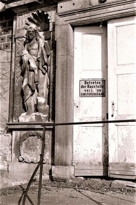 Der Eingang im Südflügel 1993. Foto: Claudia Auffenberg