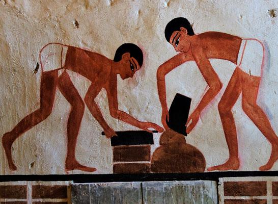 Die Lehmziegelherstellung im Grab des Wesirs Ramose (ca. 1500 v. Chr.). Malerei: Daniela Rutica. Foto: Jennifer Peppler