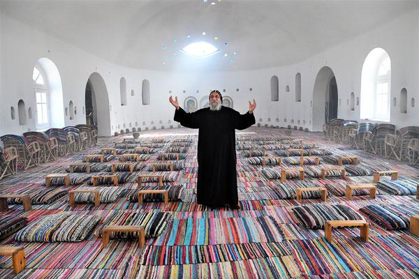S.E. Bischof Anba Thomas im Gebet im Altarraum der neuen Kirche im ökumenischen Kulturzentrum in Anaphora. Foto: Maria Hopp