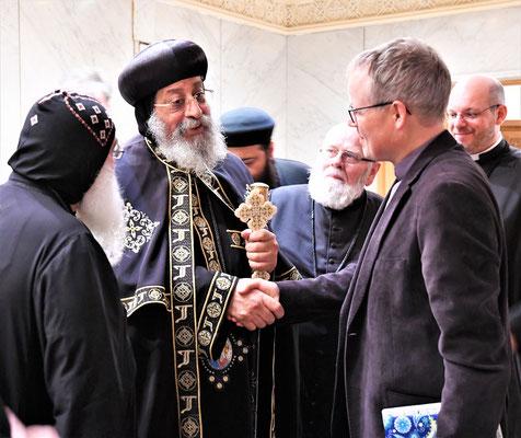 Audienz bei S.H. Papst Tawadros II. Hier begrüßt er Pfarrer Christian Hohmann (MÖWe). Foto: Maria Hopp