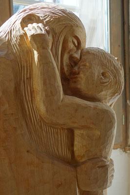 Mutter und Kind. Holzskulptur von Gunter Schmidt-Riedig. Foto: Jennifer Peppler