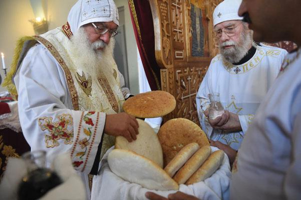 S.E. Bischof anba Damian im Gottesdienst beim Abendmahl mit Diakon Gunter Schmidt-Riedig. Foto: Maria Hopp
