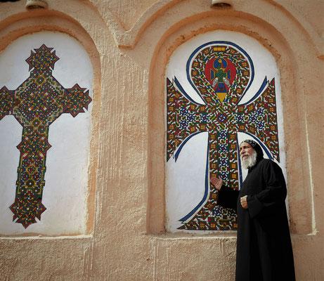 S.E. Bischof Anba Thomas erklärt die Symbolik des Koptischen Kreuzes. Foto: Maria Hopp