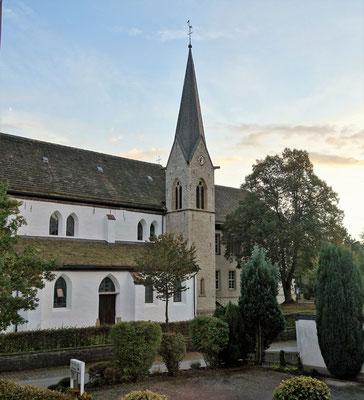 Die katholische Kirche der Nachbargemeinde St. Johanes Baptist, die von Pfarrer Tobias Spittmann betreut wird. Blick vom St. Markus Gästehaus. Foto: Jennifer Peppler