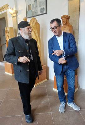 Cem Özdemir und Holzbildhauer und Diakon Gunter Schmidt-Riedig beim Rundgang durch das Koptische Kloster. Foto: Jennifer Peppler