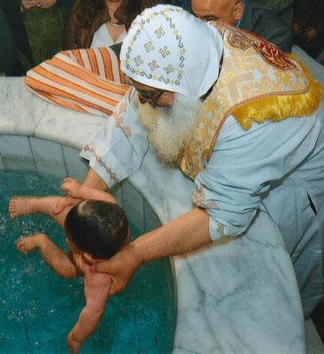 Koptische Taufe: Der Täufling wird komplett unter Wasser getaucht (s. Taufe Jesu durch Johannes den Täufer).