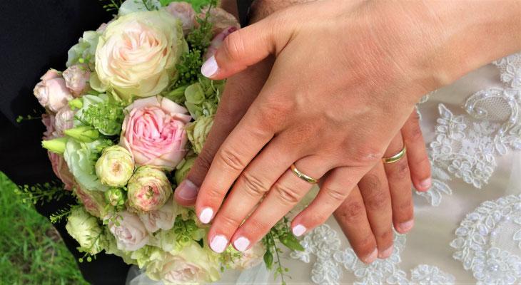 Die Hände und Ringe des Brautpaares als symbolische Verbundenheit. Foto: Jennifer Peppler