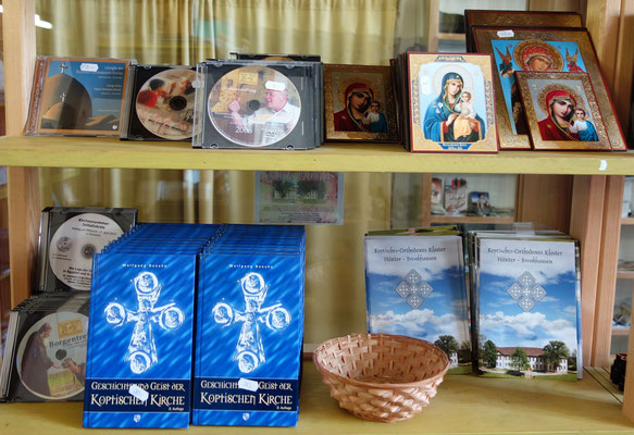 CD's, Bücher, Karten und Informationen über die Koptische Kirche und das Kloster Brenkhausen. Foto: Jennifer Peppler