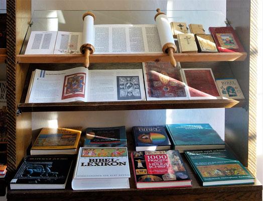Bibeln zum Anfassen und Nachschlagen im Koptischen Kloster. Foto: Jennifer Peppler