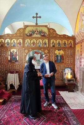 Cem Özdemir und S.E. Bischof Anba Damian vor der Ikonostase in der Kapelle des Koptischen Klosters. Foto: Jennifer Peppler