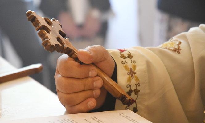 S.E. Bischof Anba Damian im Gebet mit Koptischen Kreuz. Foto: Maria Hopp