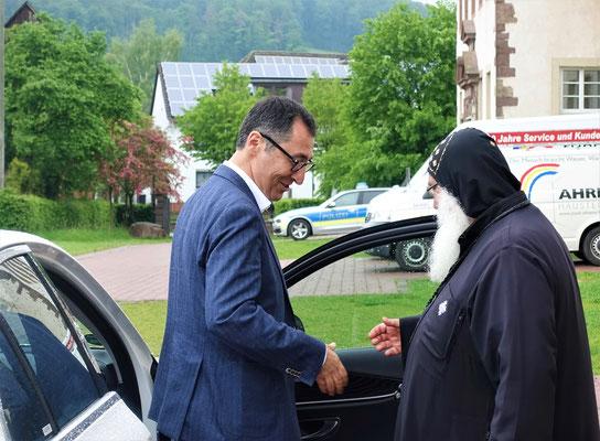 S.E. Bischof Anba Damian verabschiedet Cem Özdemir. Foto: Jennifer Peppler