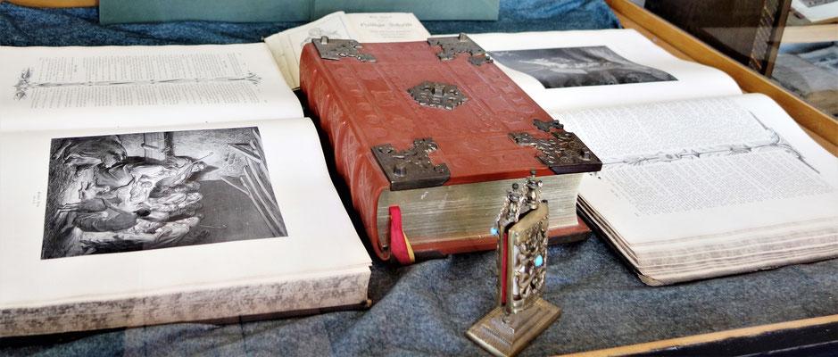 Gestiftete Bibeln im Koptischen Kloster. Foto: Jennifer Peppler