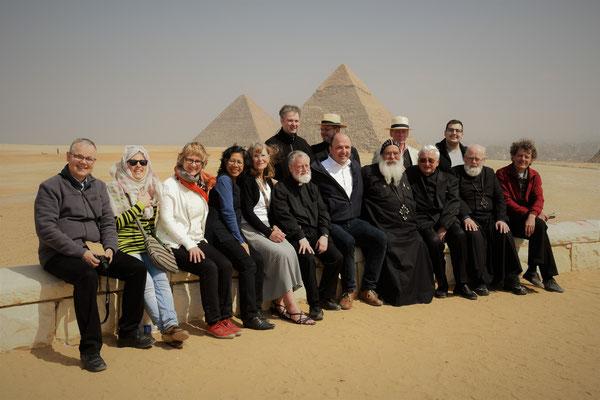 Die Pilgergruppe vor den Pyamiden von Gizeh. Foto: Maria Hopp